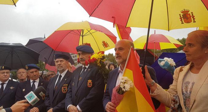 Más de un centenar de personas depositan flores y mensajes al pie  de la bandera de España en Madrid