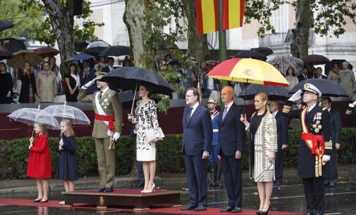 Cifuentes asiste al homenaje a la bandera y la parada militar con motivo de la Fiesta Nacional