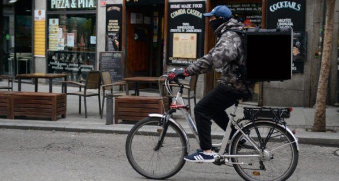 La Iglesia denuncia el «injusto marco laboral y social» en España y pone de ejemplo el trabajo de repartidor de Daniel