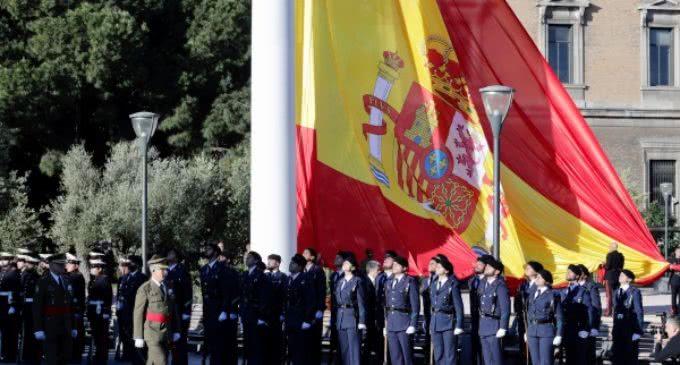 Con motivo de la festividad de San Isidro,  Cifuentes asiste al izado de la bandera nacional en la plaza de Colón