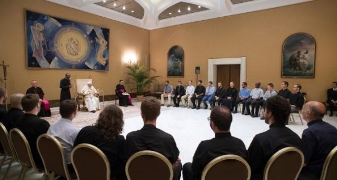 """Francisco exhorta a los jóvenes jesuitas a """"ensuciarse las manos"""""""