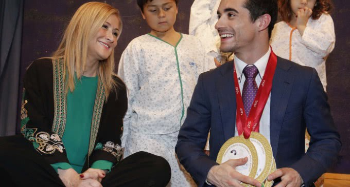 El campeón del mundo de patinaje Javier Fernández, visita a los niños ingresados en el Hospital Infantil Niño Jesús