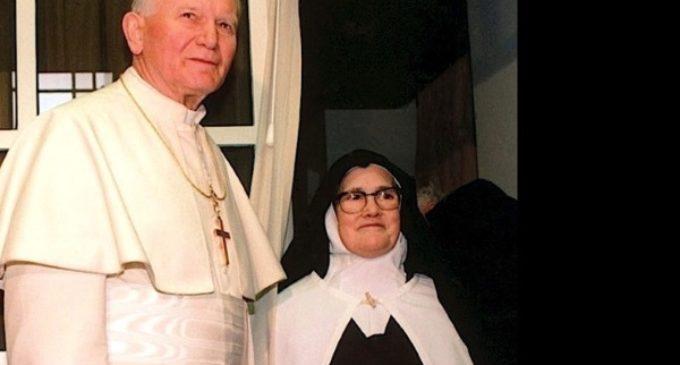 Francisco rinde homenaje a san Juan Pablo II, en el 12º aniversario de su muerte