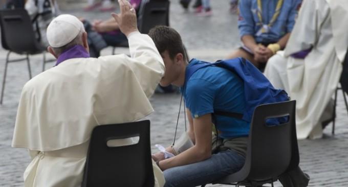 Jubileo de los adolescentes: el papa Francisco salió a la Plaza de San Pedro a confesar