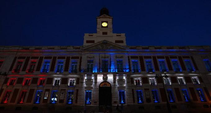La Comunidad de Madrid ilumina la fachada de la Real Casa de Correos con los colores de la bandera de Cuba