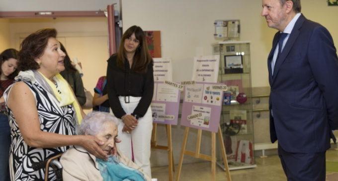 La Comunidad impulsará un plan de formación y apoyo para facilitar la atención a los enfermos de alzhéimer