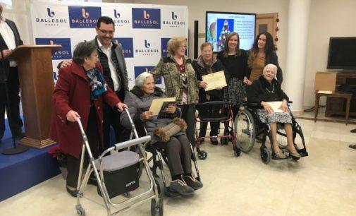La Comunidad premia las mejores tarjetas de Navidad elaboradas por los mayores de la región