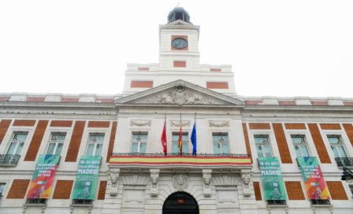 La Real Casa de Correos despliega carteles en su fachada con motivo de la celebración de la Copa Davis en Madrid