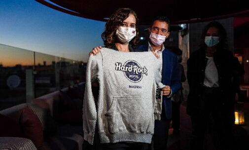 La presidenta de la Comunidad de Madrid, Isabel Díaz Ayuso, ha visitado el Hard Rock Hotel Madrid, que abrió sus puertas el pasado 1 de julio en la capital.