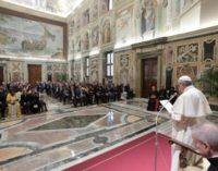 """El Papa anima a promulgar """"leyes que impulsen puentes y diálogo"""""""