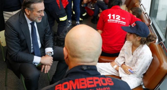 Los Bomberos de la Comunidad visitan en Navidad a los niños ingresados en hospitales de la región