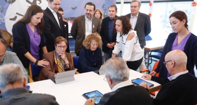 Los madrileños podrán deducirse 500 euros en el IRPF por el cuidado de familiares mayores de 65 años o con discapacidad