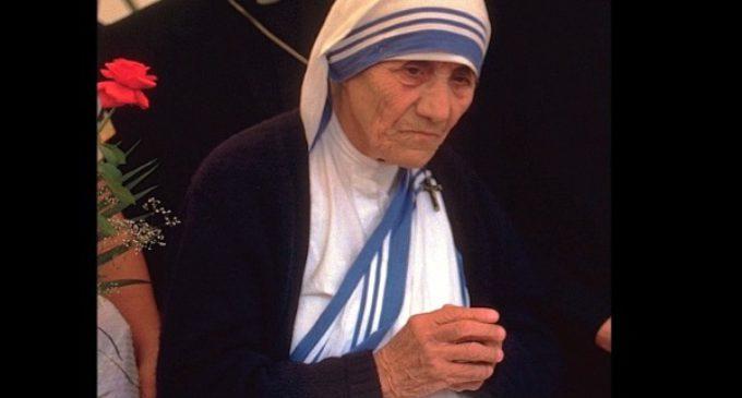 """""""Madre Teresa vivía y expresaba santidad con cada gesto, palabra y paso"""", afirma su biógrafo Lush Gjergji"""
