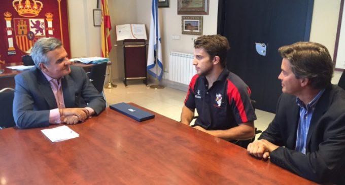 De Foxá recibe al jugador de rugby Pablo Fontes antes de partir hacia los Juegos Olímpicos de Río