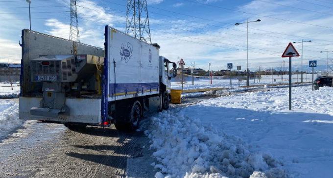 Majadahonda refuerza sus medios técnicos con retroexcavadoras y tractores para retirar la gran cantidad de nieve acumulada