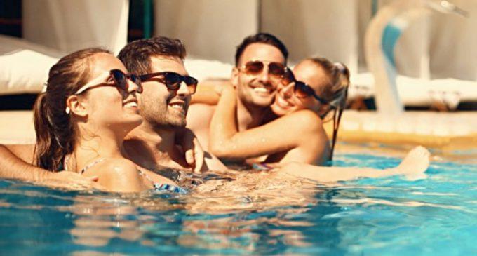 Sanidad recomienda el uso de gafas de sol y de agua para mantener una adecuada salud ocular en verano