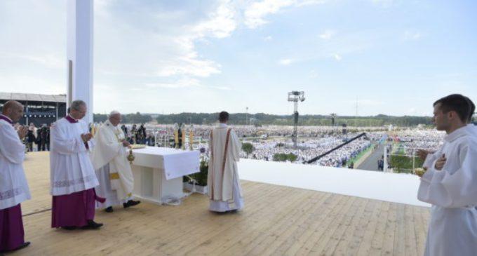 El Papa clausura la JMJ: 'A Dios no le importa qué móvil tienes, le importas tú'