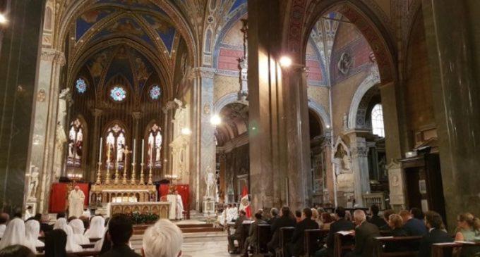Mons. Gallagher preside una misa en Roma, en las fiestas patrias de Perú