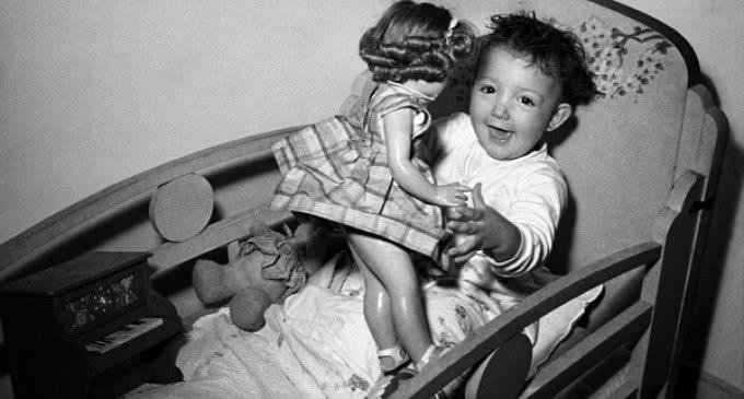 Imágenes entrañables de  juguetes del siglo XX en el Portal de Archivos de la Comunidad de Madrid