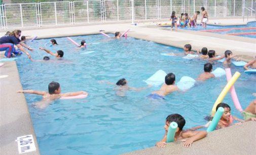 Sanidad insiste en extremar la vigilancia de los menores en el baño y elegir la piscina adecuada a su edad