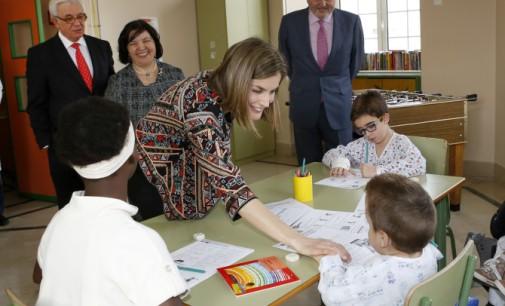 La reina Leticia acude a la celebración del 50 aniversario del colegio público del Hospital Niño Jesús