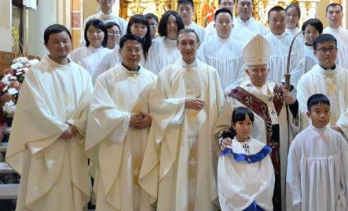 Once chinos reciben el Bautismo de manos del cardenal Cañizares