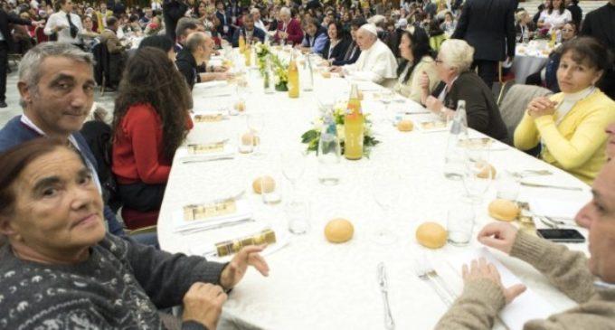 El Papa Francisco almuerza con 1.500 personas pobres