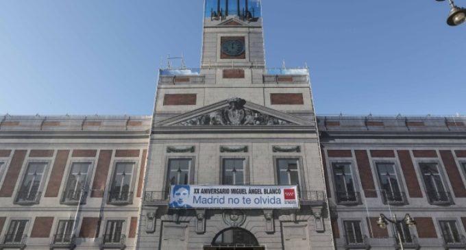 Los madrileños recuerdan a Miguel Ángel Blanco en la fachada de la Real Casa de Correos