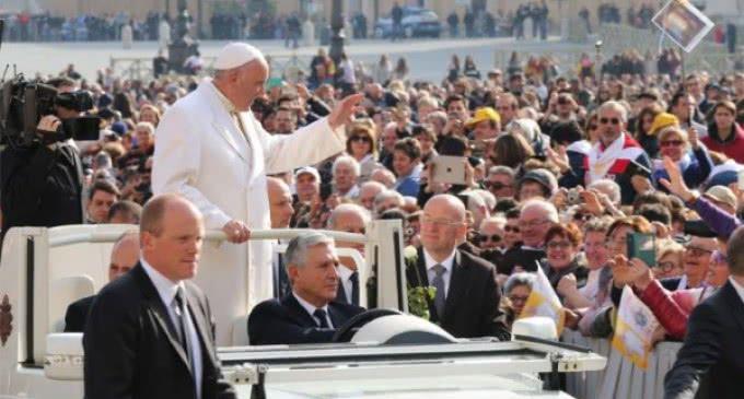 El Papa explica Jueves, Viernes y Sábado Santo: una gran historia de amor sin fin