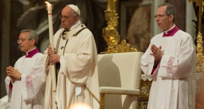 El Papa en la Vigilia Pascual: Abramos el sepulcro de la esperanza y resucitemos con Cristo