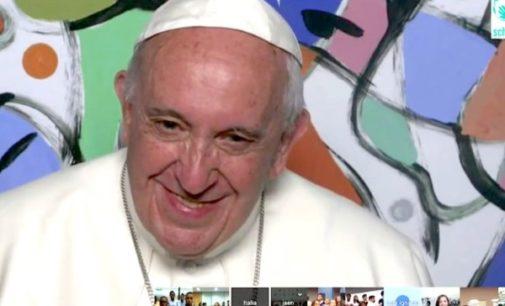 En la sede de Scholas Occurrentes el Papa escucha a los jóvenes de diversos países