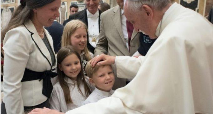 """Francisco invita a los europeos a promover la familia, """"el tesoro más precioso"""" que tienen"""