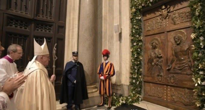 Francisco abre la Puerta Santa de Santa María la Mayor