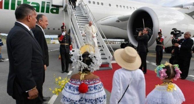 El Papa ya está en Panamá. En el avión calificó el muro de Trump de «locura»
