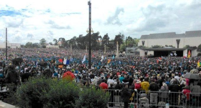 Cientos de miles de peregrinos llegan a Fátima