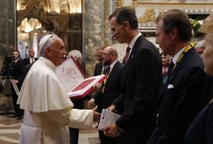 Premio-Carlomagno Felipe-VI_Papa-Francisco_entrega-
