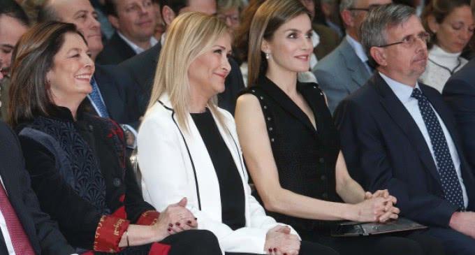 La presidenta ha participado, junto con la Reina Letizia, en la entrega de los Premios El Barco de Vapor y Gran Angular de SM
