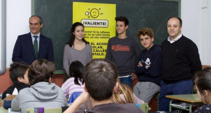 Para prevenir el ciberbulling en las aulas, la Comunidad ofrece formación a los alumnos
