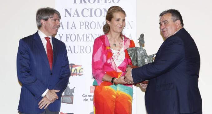 Garrido entrega a la Infanta Elena el III Trofeo Nacional a la Promoción y Fomento de la Tauromaquia.