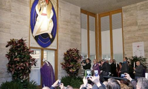 El Papa abre la Puerta Santa de la Caridad y reitera que el Cielo no se compra con el dinero o los galardones