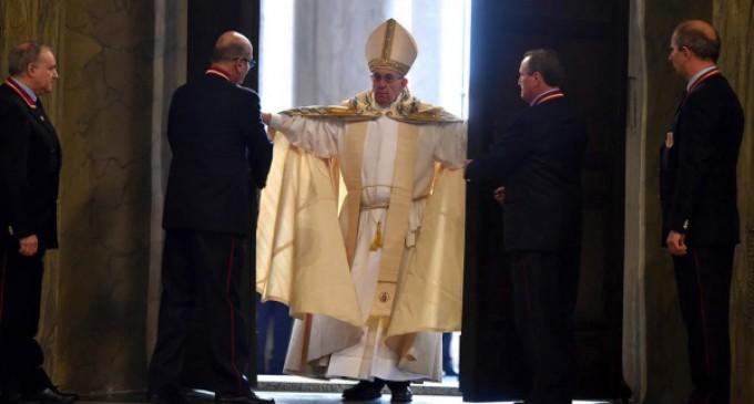 Francisco abre la Puerta Santa: Debemos anteponer la misericordia al juicio