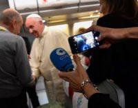 ¿Qué se hace cuando se viaja 16 horas en el mismo avión del Papa?