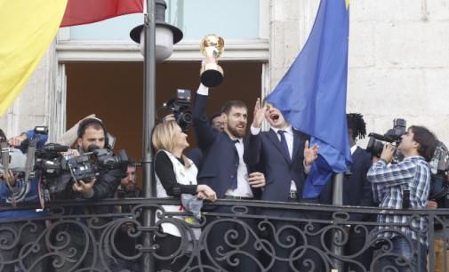 El Real Madrid, campeón de la Copa del Rey de Baloncesto, visita la sede de la Comunidad de Madrid