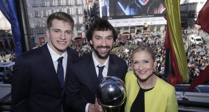 Cristina Cifuentes da la enhorabuena al Real Madrid de baloncesto, campeón de nuevo de la Copa del Rey