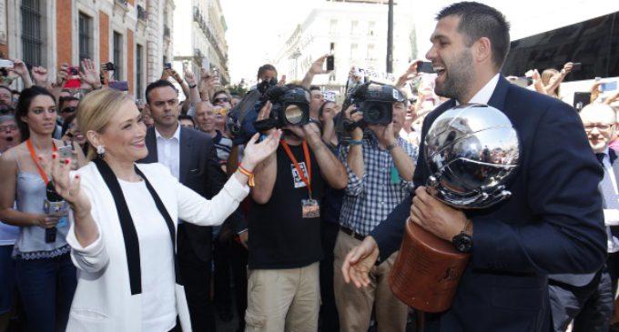 Cifuentes da la enhorabuena al Real Madrid de baloncesto campeón de Liga y a todo el deporte madrileño por sus triunfos