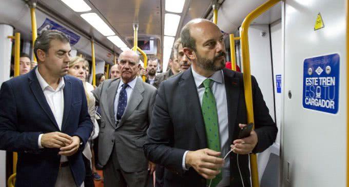 Metro de Madrid pone en marcha un proyecto piloto para la recarga de móviles en trenes y andenes