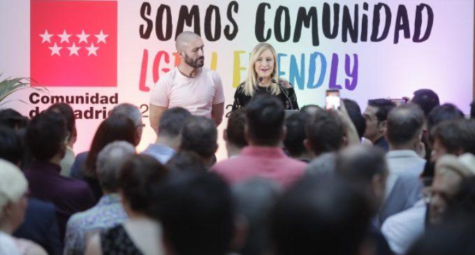 La presidenta regional mantiene un encuentro con miembros del colectivo LGTBI madrileño en la Real Casa de Correos