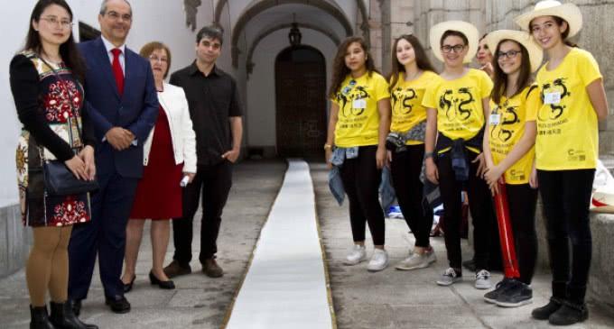 Los alumnos del Instituto San Isidro de récord al fabricar la hoja de papel artesanal más grande del mundo