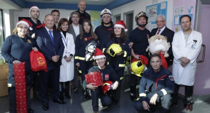 Los bomberos de la Comunidad llevarán regalos esta Navidad a cerca de 700 niños hospitalizados