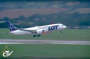 Regreso a Roma. La-aeronave-de-Polish-Airlines-que-lleva-a-Papa-despega-hacia-Roma-422x275[1]